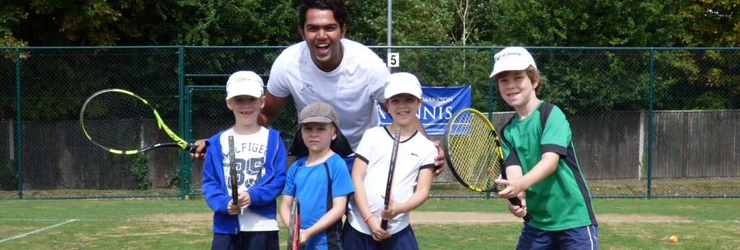 Coaching mini tennis kids